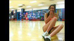 Uma novinha magrinha gatavirtual mostrando a buceta na academia